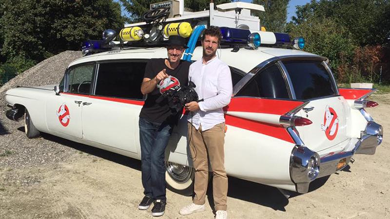 Le réalisateur Maxime Jouan avec l'heureux propriétaire de l'Ecto-1 !